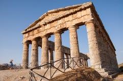 Oude Griekse tempel met een toerist die een beeld van het nemen Stock Foto's