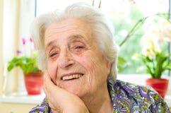 Oude grijs-haired vrouw royalty-vrije stock fotografie