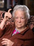 Oude grijs-haired vrouw in boos gebaar royalty-vrije stock afbeelding
