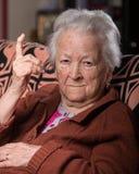 Oude grijs-haired vrouw in boos gebaar royalty-vrije stock foto