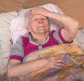Oude grijs-haired zieke vrouw Royalty-vrije Stock Fotografie