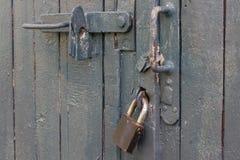 Oude grijze deur met slot royalty-vrije stock afbeeldingen