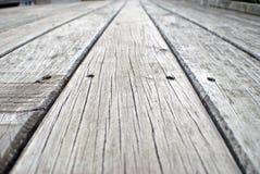 Oude grijze doorstane promenade Stock Afbeelding