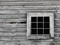 Oude grijze houten muur met vensterachtergrond. Stock Afbeelding