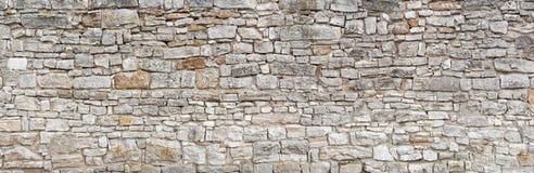 Oude grijze natuursteenmuur stock afbeeldingen