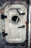 Oude grijze schipdeur met patrijspoort Stock Fotografie