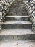Oude grijze steenstappen die naar omhoog leiden Stock Fotografie