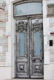 Oude grijze uitstekende dubbel-bladdeur stock foto