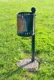 Oude groen geslagen onderaan openbare vuilnisbak Royalty-vrije Stock Foto