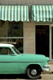 Oude groene auto stock afbeeldingen