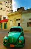 Oude groene auto en gebouwen in Havana royalty-vrije stock fotografie