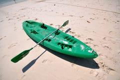 Oude Groene boot op wit strand op warme zonsondergang Royalty-vrije Stock Foto