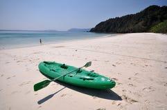 Oude Groene boot op wit strand op warme zonsondergang Royalty-vrije Stock Fotografie