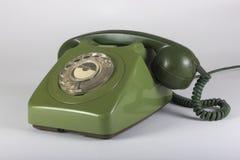 Oude groene die telefoon op witte achtergrond wordt geïsoleerd Stock Foto's
