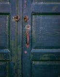 Oude groene geschilderde houten deur met ijzer roestig handvat Stock Fotografie