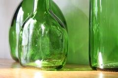 Oude groene glasflessen Stock Foto