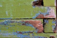 Oude groene verf op een houten bijenkorf stock afbeeldingen