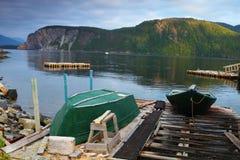 Oude groene vissersboot stock afbeeldingen