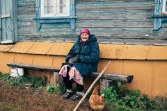 Oude grootmoeder dichtbij zijn huis in Rusland Royalty-vrije Stock Fotografie