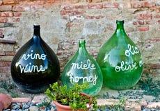 Oude grote die flessen wijn worden gebruikt om de producten van agri te adverteren Stock Foto