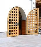 Oude grote houten gesneden poort Stock Fotografie