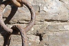 Oude, grote roestige ijzerketting op rots Royalty-vrije Stock Fotografie