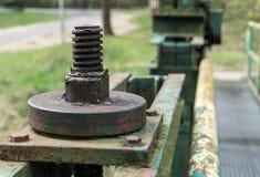 Oude grote schroef en noot - een deel van het slotmechanisme van dam - close-up Stock Foto