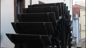 Oude grote watermolen het werk boete stock footage