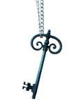 Oude grote zonovergoten sleutel met ketting en hand Stock Foto's