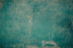 Oude grunge doorstond omhoog het afgebrokkelde detail van de de muuroppervlakte van het schil groene geschilderde gepleisterde hu stock fotografie
