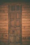 Oude grunge houten eenvoudige deur en houten muur, uitstekende toon met v Stock Foto's