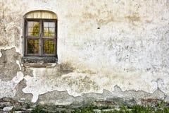 Oude Grungy Muur met een Venster stock afbeelding