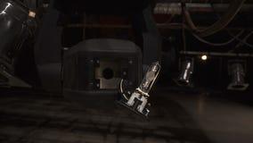 Oude halogeen gloeilamp in het professionele materiaal van de stadiumverlichting stock footage