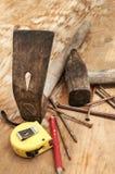 Oude hamer, adze en roestige spijkers Stock Fotografie