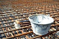 Oude hamer en oude emmer op roestbar, hulpmiddelen, roestbar, industriële, concrete emmer stock fotografie
