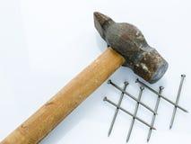 Oude hamer en spijkers Voorwerpen op een lichte achtergrond Stock Afbeeldingen