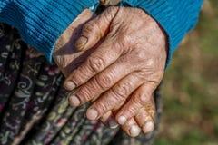 Oude Hand die een Stok houdt Royalty-vrije Stock Afbeeldingen