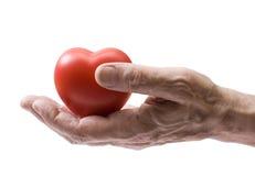 Oude hand met rood hart stock foto