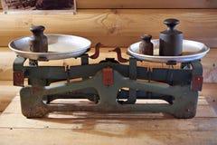 Oude handelschalen met gewichten stock foto