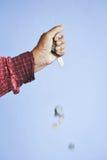 Oude handen die muntstukken houden Royalty-vrije Stock Foto