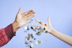 Oude handen die muntstukken houden Royalty-vrije Stock Fotografie
