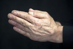Oude handen het bidden Stock Afbeeldingen