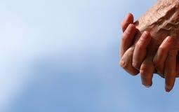 Oude handen op een hemelrug Stock Afbeeldingen