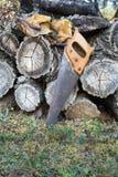 Oude handsaw die op een stapel van houten timmerhout rusten stock fotografie