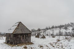 Oude hangaar in de sneeuw Stock Foto's