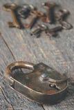 Oude hangslot en sleutels Royalty-vrije Stock Afbeeldingen