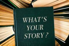 Oude hardcoverboeken met boek wat uw verhaal is? op bovenkant stock foto's
