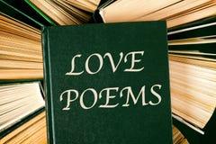 Oude hardcoverboeken met de Gedichten van de boekliefde op bovenkant stock afbeelding
