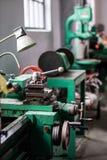 Oude harde draaibank in een workshop Machinepark in locksmith& x27; s wo royalty-vrije stock afbeeldingen