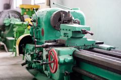 Oude harde draaibank in een workshop Machinepark in locksmith& x27; s wo royalty-vrije stock foto